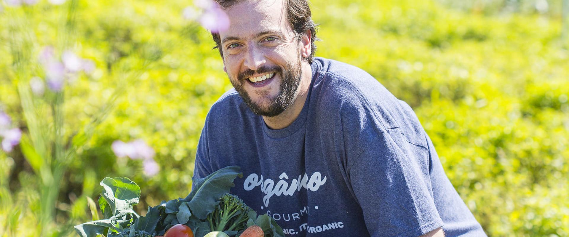 O chef André Galante com hortaliças orgânicas