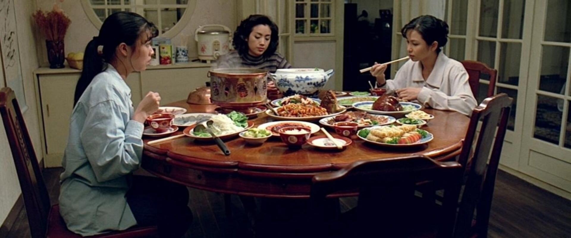 3 filhas à mesa em cena de Comer Beber Viver